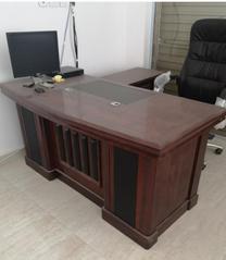 أثاث مكتبي شبه جديد
