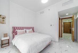 أدفع 47 ألف درهم واستلم شقة 3 غرف نوم وصالة على الخور في عجمان