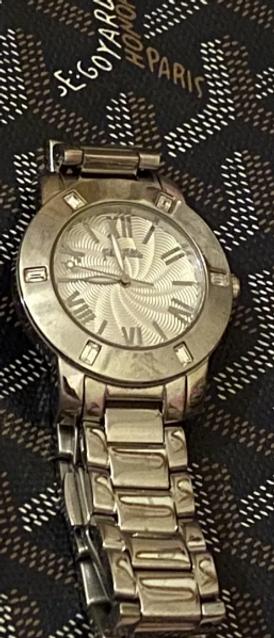 ساعة فضية للبيع
