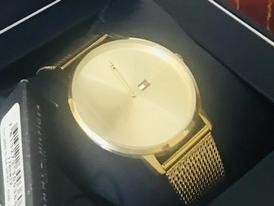 ساعة نسائية ذهبية اللون
