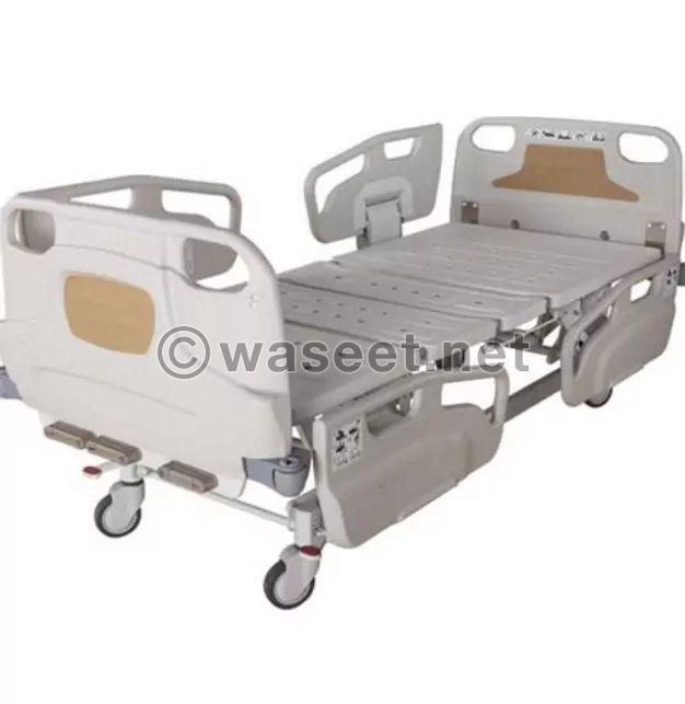 سرير طبي مع ملاءا