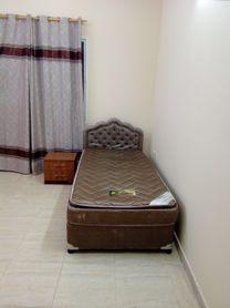 سرير مبطن مع كمودينو