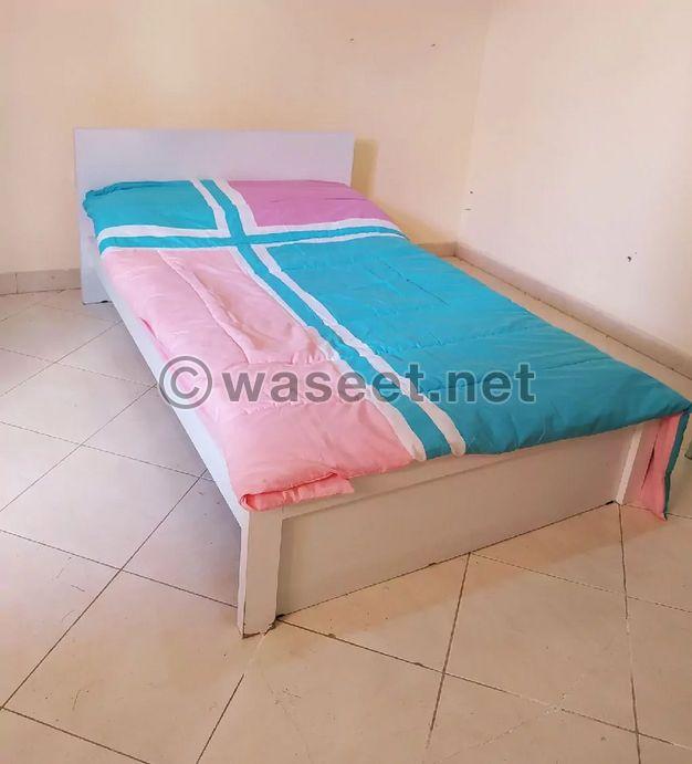 سرير مع فرشه