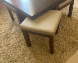 طاولة وسطية مع طاولات جانبية