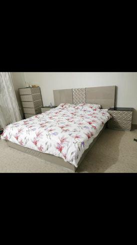 غرفة نوم شبه جديده سرير ثنائي مع المرتبة و 2 كومدينا و مكتب جانبي 6 دروج بسعر مغري