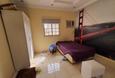 غرفة نوم مع تسريحه ودولاب
