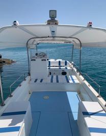 قارب للرحلات البحريه