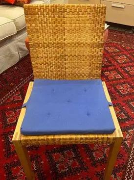 كرسي مع وسادة