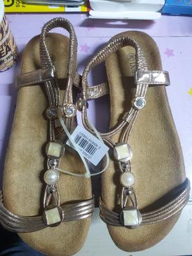 كمية من الأحذية النسائي للبيع 11