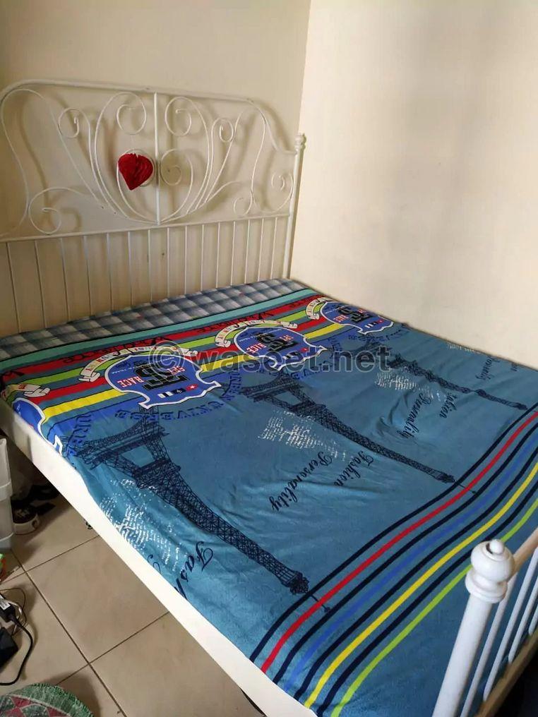 للبيع العاجل سرير من ايكيا وسرير أطفال