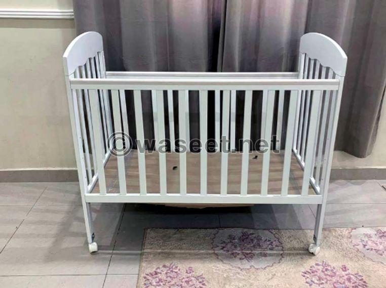 للبيع سرير اطفال و ديباج جديد ماركة فذر