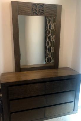 للبيع طاولة فانيتي مع مرآة كبيرة