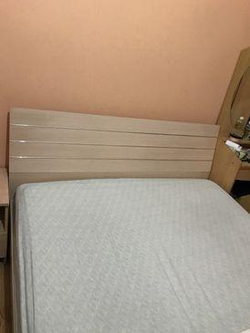 للبيع غرفة نوم بسرير