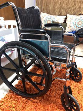 للبيع كرسي متحرك شبه جديد