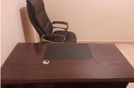مكتب للبيع مع كرسي