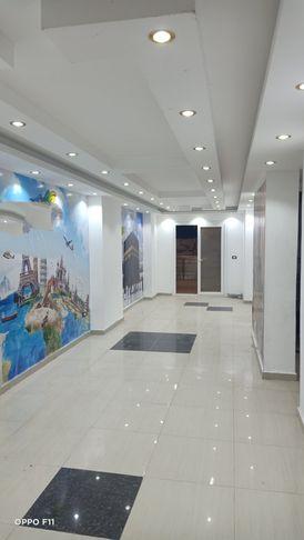 مكتب (100م) للايجار علي شارع خالد بن الوليد بميامي
