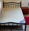 سرير مع كمدينو للبيع ٢٥٠