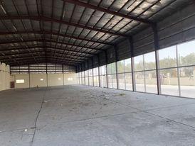 متجر كبير أو جراج في المنطقة الصناعية