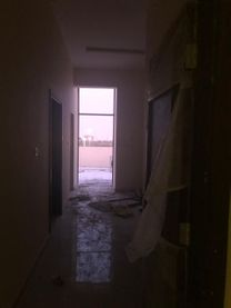 العلامة التجارية الجديدة 1BHK شقة مع غرفة معيشة كلوز وسقف خا...