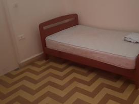 غرفة مفروشة في الاشرفيه بقرب مستشفى هوتيل ديوللفتيات فقط
