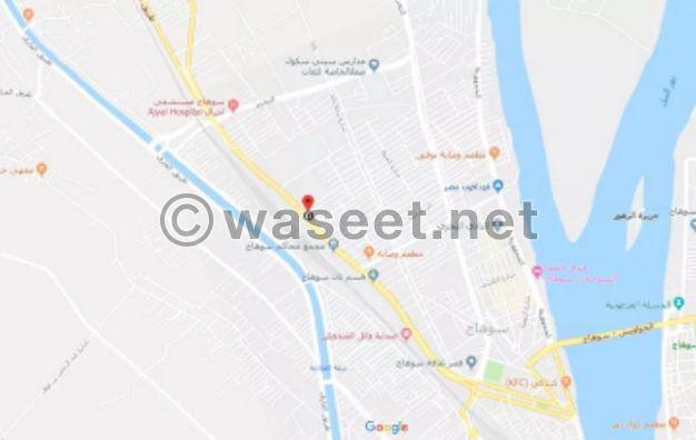 دور اداري علي شارع اسيوط سوهاج الرئيسي ٤٠٠ متر